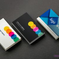 Na zdjęciu widoczne są wizytówki wydrukowane na papierach ozdobnych: Nettuno Bianco Artico, Skin Grey i Platinum.