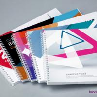 Na zdjęciu widzimy pięć projektów poziomych broszur spiralowanych, wydrukowanych na papierach kredowych.