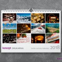 Personalizowany kalendarz ścienny zawiera 12 kolorowych zdjęć z wygenerowanym imieniem osoby, dla której jest przeznaczony.