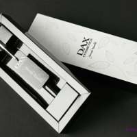 Etui na długopis wyprodukowane jest na kartonie powlekanym 250 g/m2, zadruk CMYK.