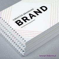 Estetyczne broszury spiralowane zabezpieczone folią matową na okładce.