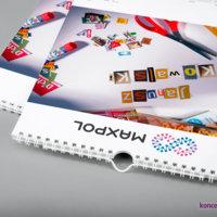 Trzynaście kart personalizowanych kalendarzy ściennych zadrukowanych jest jednostronnie w kolorystyce CMYK.