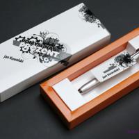 Etui na długopis lub piuro z dowolnym nadrukiem to idealny pomysł na elegancki prezent.