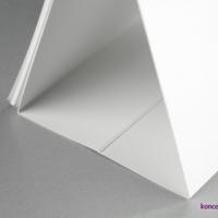 Stojak kalendarza SQUARE wykonany z białego kartonu o gramaturze 350 g/m2.