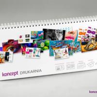 Kolorowy kalendarz biurkowy w oprawie spiralowanej po długim boku.