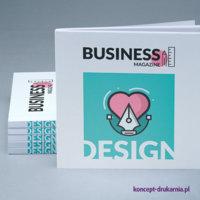 Kwadratowe broszury klejone wydrukowane w kolorystyce CMYK.