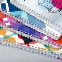 Kolorowe katalogi spiralowane po długim boku, z zastosowaniem białej spirali.
