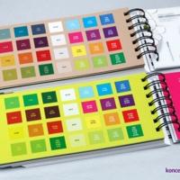 Podłoża specjalne zadrukowane są ładnymi grafikami z użyciem białej farby. Na odwrocie kart zamieszczone są próbki zadruku z konkretnymi wartościami kolorystycznymi.