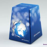 Pudełko ozdobne w kształcie piramidki, wydrukowane na kartonie 250 g/m2, uszlachetnione folią soft touch.