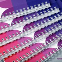 Kolorowe broszury spiralowane po krótkim boku.