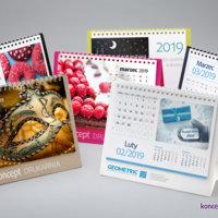 Kalendarze biurkowe CREATIVE z miesięcznym kalendarium. Stojaki wykonane z kartonów barwionych w masie. Od prawej: granatowy – Dark Blue, biały karton pokryty folią matową, zielony – Lime Tonic, różowy – Cosmo Pink, czarny – Sirio Nero oraz brązowy – ECO