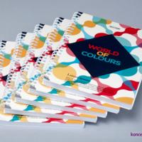Kolorowe broszury spiralowane wydrukowane na papierach kredowych. Okładki uszlachetnione aksamitną folią soft touch.