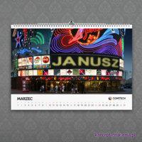 Personalizowany kalendarz ścienny zawiera duże kolorowe zdjęcie z imieniem osoby, dla której jest przeznaczony.