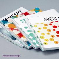 Efektowne broszury spiralowane wydrukowane na papierach kredowych. Okładki uszlachetnione folią matową.