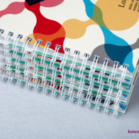 Katalogi w oprawie spiralowanej, wydrukowane w kolorystyce CMYK.