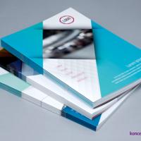 Trzy projekty broszur z folią matową na okładce.