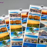 Często na stronie otwierającej kalendarzy ściennych umieszcza się miniatury fotografii użytych na kartach poszczególnych miesięcy.