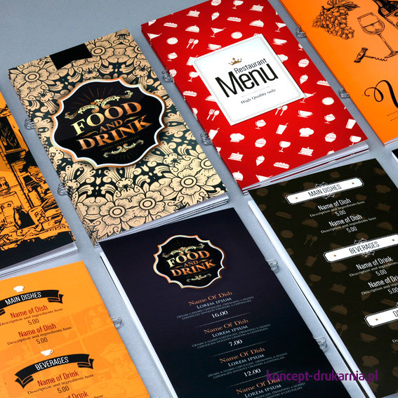Zdjęcie przedstawia kilka projektów broszur w oprawie zeszytowej.
