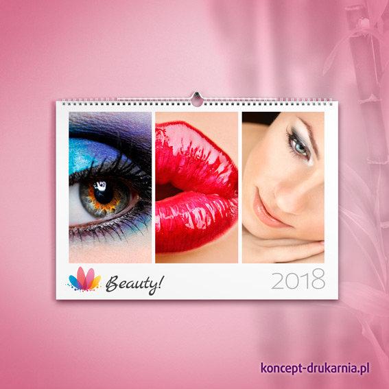 Przykład przykuwającego wzrok kalendarza ściennego z atrakcyjnymi zdjęciami na stronie otwierającej.