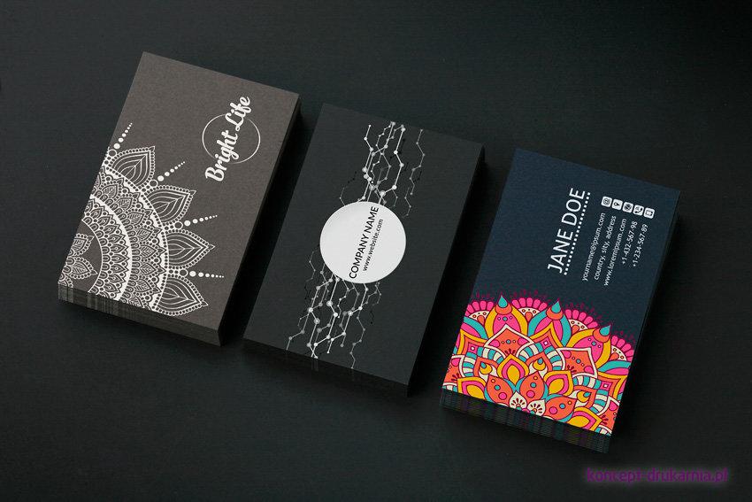 Przykłady wizytówek zadrukowanych kolorem białym. Podłoża barwione w masie: Caffe 290 g/m2, Skin Black 270 g/m2, Dark Blue 290 g/m2.