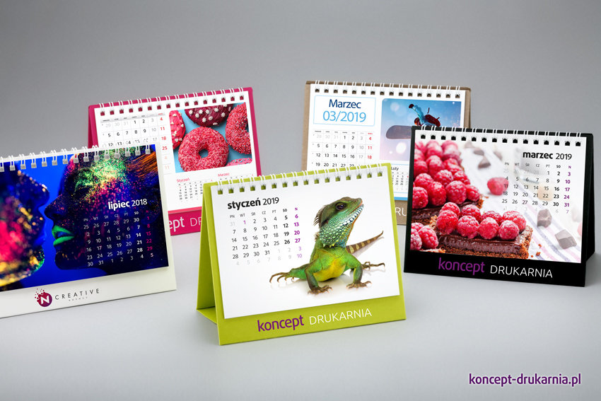 Stojaki ozdobnych kalendarzy CREATIVE-1 wydrukowane są na różnych podłożach: czarny – Sirio Nero, brązowy – SH Recycling, zielony – Lime Tonic, różowy – Cosmo Pink oraz biały karton pokryty folią soft touch.