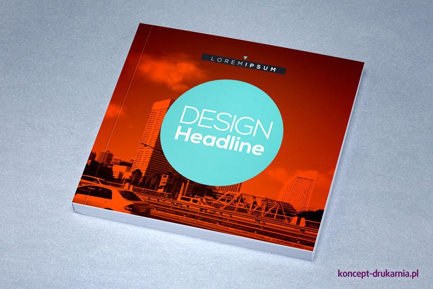 Przykładowy projekt broszury w oprawie klejonej, nadruk CMYK.