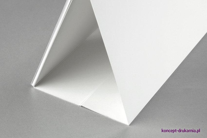 Stojak kalendarza wykonany jest z białego kartonu Arktika 350 g/m2.