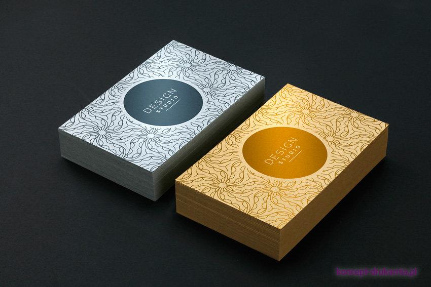Wydruki wizytówek na srebrnym papierze ozdobnym Platinum 300 g/m2 oraz złotym Aurum 300 g/m2.