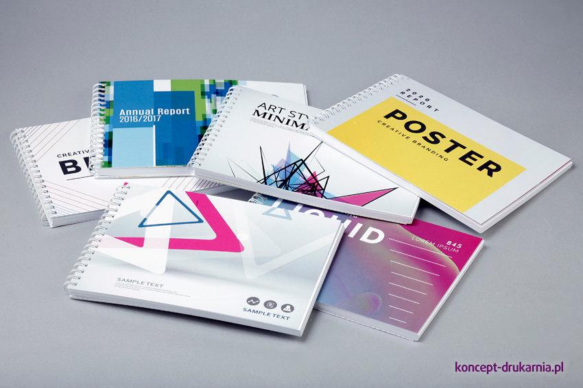 Na zdjęciu widocznych jest sześć kolorowych projektów poziomych broszur w oprawie spiralowanej.