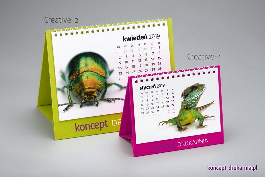 Porównanie rozmiarów dwóch modeli kalendarzy: mniejszego CREATIVE-1 (różowy stojak) i większego CREATIVE-2 (zielony stojak).