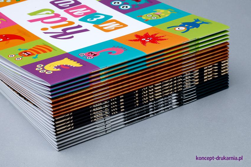 Poziome broszury szyte z folią soft touch na okładce.