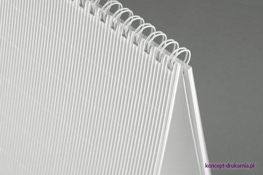 Biała ozdobna tektura falista wykorzystana do wykonania kalendarza biurkowego TALL delux.