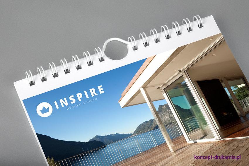 Karty kalendarza ściennego typu SLIM połączone są białą metalową spiralą. Gwarantujemy najwyższą jakość oprawy.