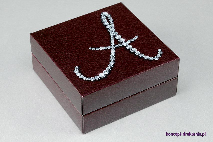 Eleganckie pudełko o kwadratowej podstawie, wydrukowane na kartonie powlekanym Arktika 250 g/m2.