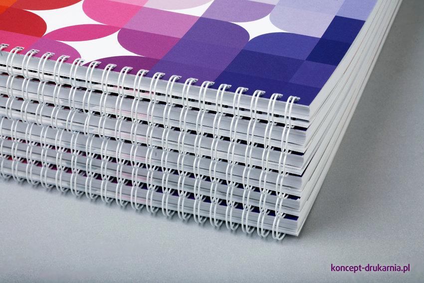 Spirala biała wykorzystana do broszury poziomej (format A4). Okładka wydrukowana na kredzie matowej 350 g/m2.