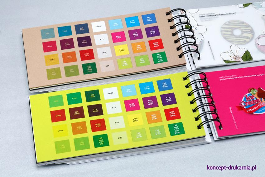 Na odwrocie kart zamieszone są próbki zadruku z dokładnymi wartościami kolorystycznymi, ułatwiające projektowanie grafik.