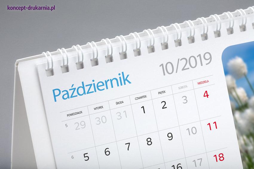 Karty kalendarium wydrukowane na kredzie matowej 200 g/m2, połączone ze stojakiem białą metalową spiralą.