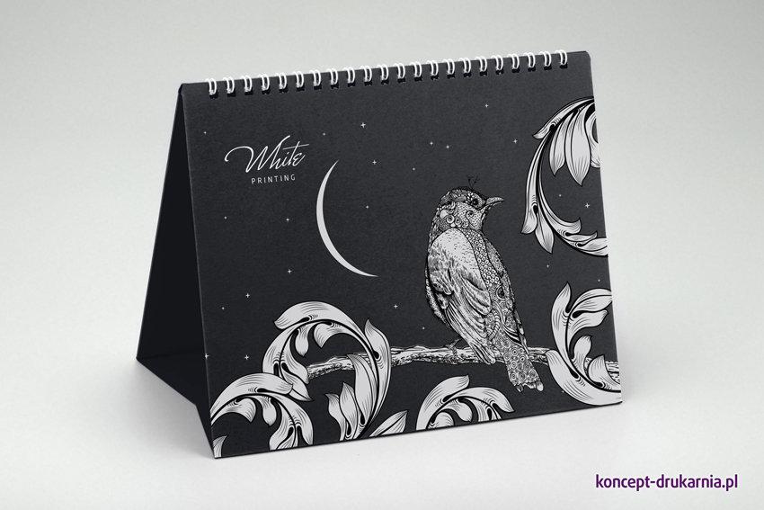 Czarny stojak dużego kalendarza Creative zadrukowany kolorem czarnym oraz białym (karton Sirio Nero).
