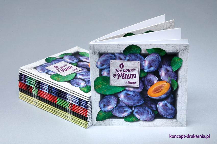Kwadratowe broszury szyte wydrukowane w formacie 15 x 15 cm.