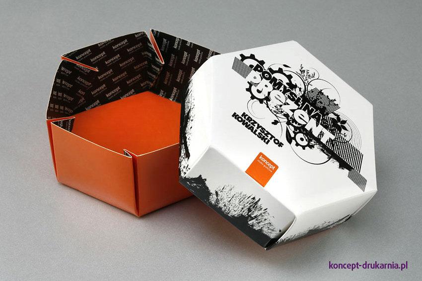 Sześciokątne pudełko składa się z dwóch elementów: podstawy oraz wieczka.