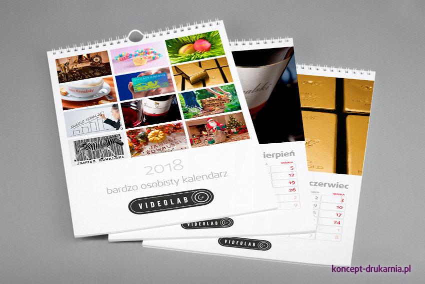 Strony otwierające każdego z kalendarzy personalizowanych zawierają 12 fotografii z wygenerowanym zmiennym tekstem.