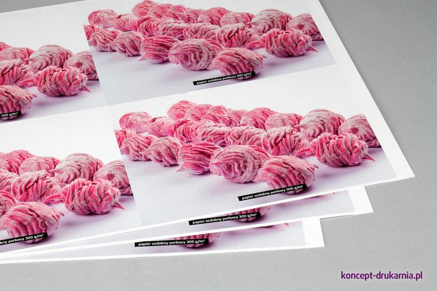 Wydruk próbnych arkuszy na ozdobnym papierze perłowym 300 g/m2.