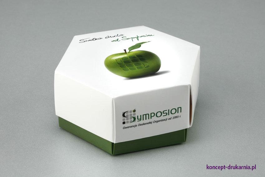 Sześciokątne pudełko model HEXABOX ze słodką zawartością, to idealny pomysł na prezent dla klientów.