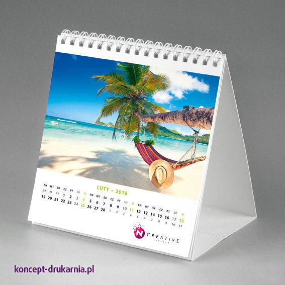 Kwadratowy kalendarz biurkowy z dużą grafiką i logo Twojej firmy.