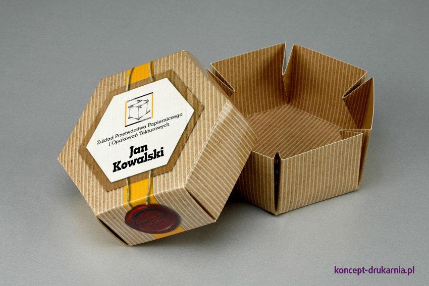 Pudełko HEXABOX wydrukowane jest na kartonie Arktika 250 g/m2, uszlachetnione folią matową.