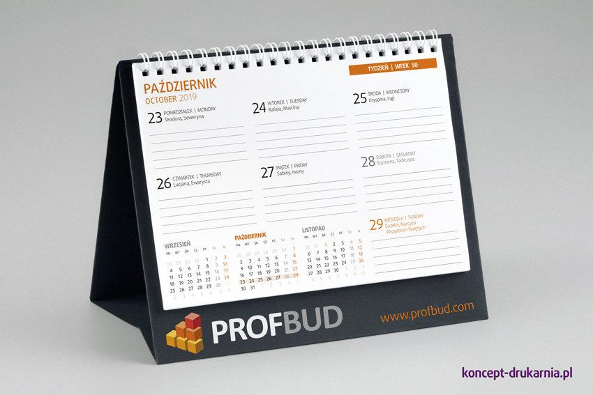 Kalendarz z granatowym, zadrukowanym stojakiem (druk CMYK + kolor biały). Karty kalendarza wydrukowana na papierze offsetowym 120 g/m2.