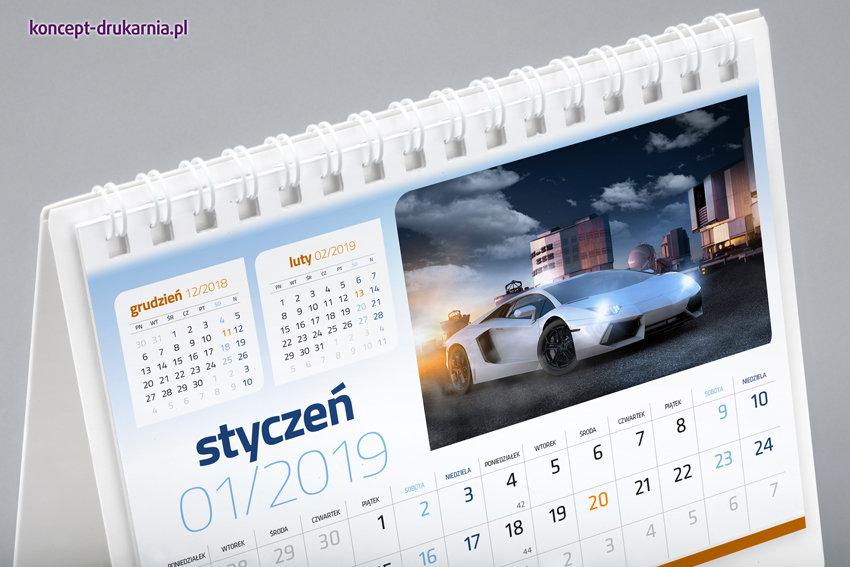 Stojak i karty kalendarzy łączone są białą estetyczną spiralą.