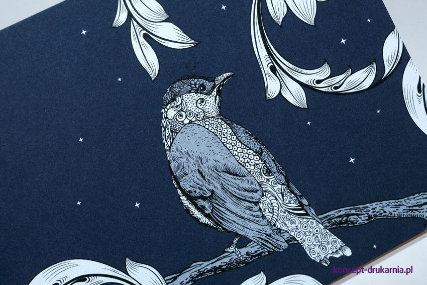 Druk kolorem białym na papierze barwionym w masie Dark Blue 290 g/m2.