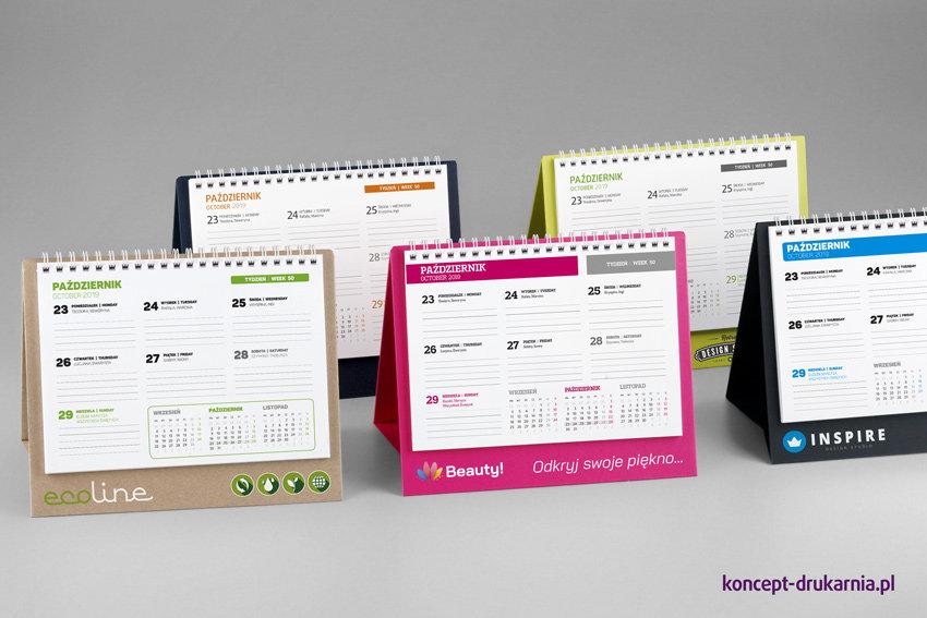 Biurkowe kalendarze CREATIVE-2 z tygodniowym kalendarium. Ozdobne stojaki wykonane z kartonów barwionych w masie, od prawej: granatowy – Dark Blue, zielony – Lime Tonic, różowy – Cosmo Pink, czarny – Sirio Nero, brązowy – ECO.
