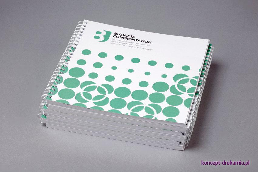 Kwadratowe katalogi spiralowane w formacie 21 x 21 cm.